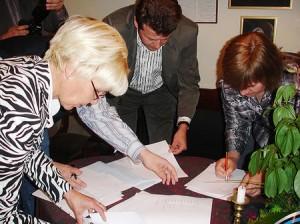 Milvi Tooming allkirja andmas