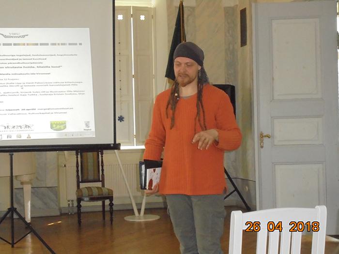 Luuletaja Suokass tutvustab oma keelt. Foto Enn Laansalu
